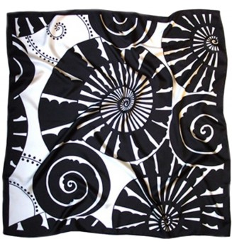 Carré en soie Ammonites de Claudia Monod-Herzen